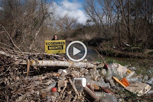 Envases de plástico en el cauce del río Guadarrama
